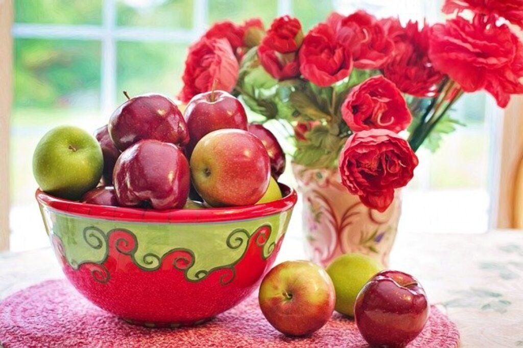 Jabłka pozostaną idealnie dojrzałe na blacie i rozświetlą Twoją kuchnię.