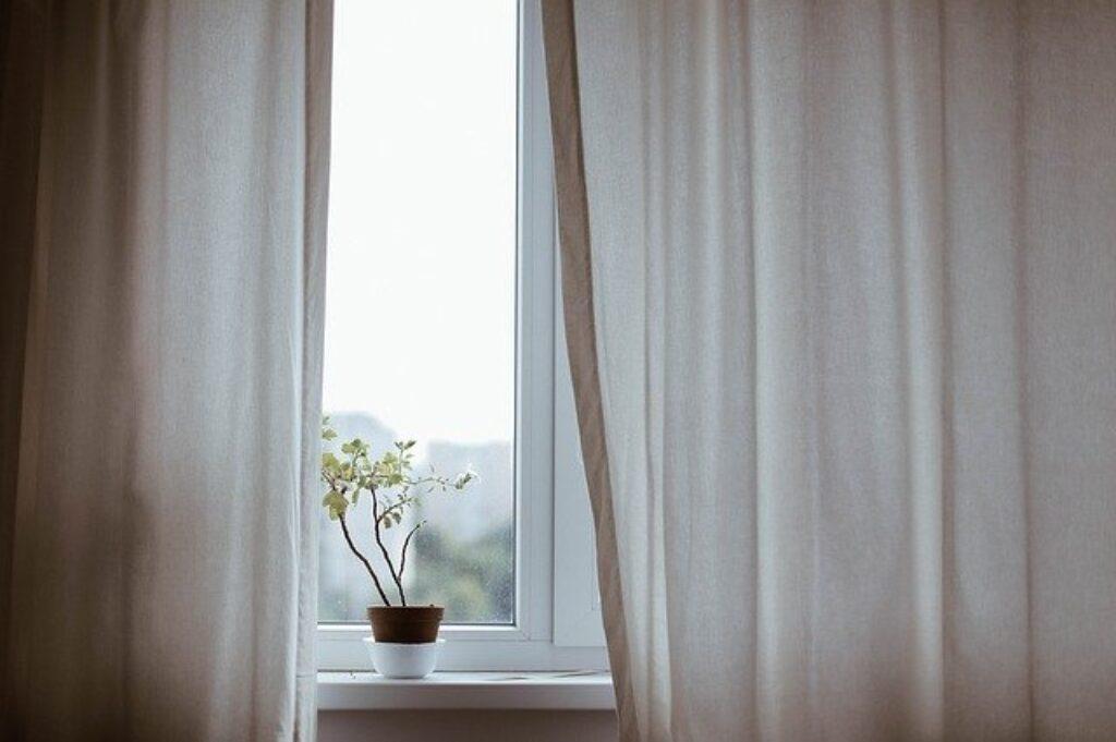 Aby słońce nie nagrzewało twojego domu, powinieneś zasłaniać rolety i inne zasłony okienne w ciągu dnia. Ocienie może pomóc obniżyć temperaturę wewnątrz mieszkania nawet o 20 stopni .