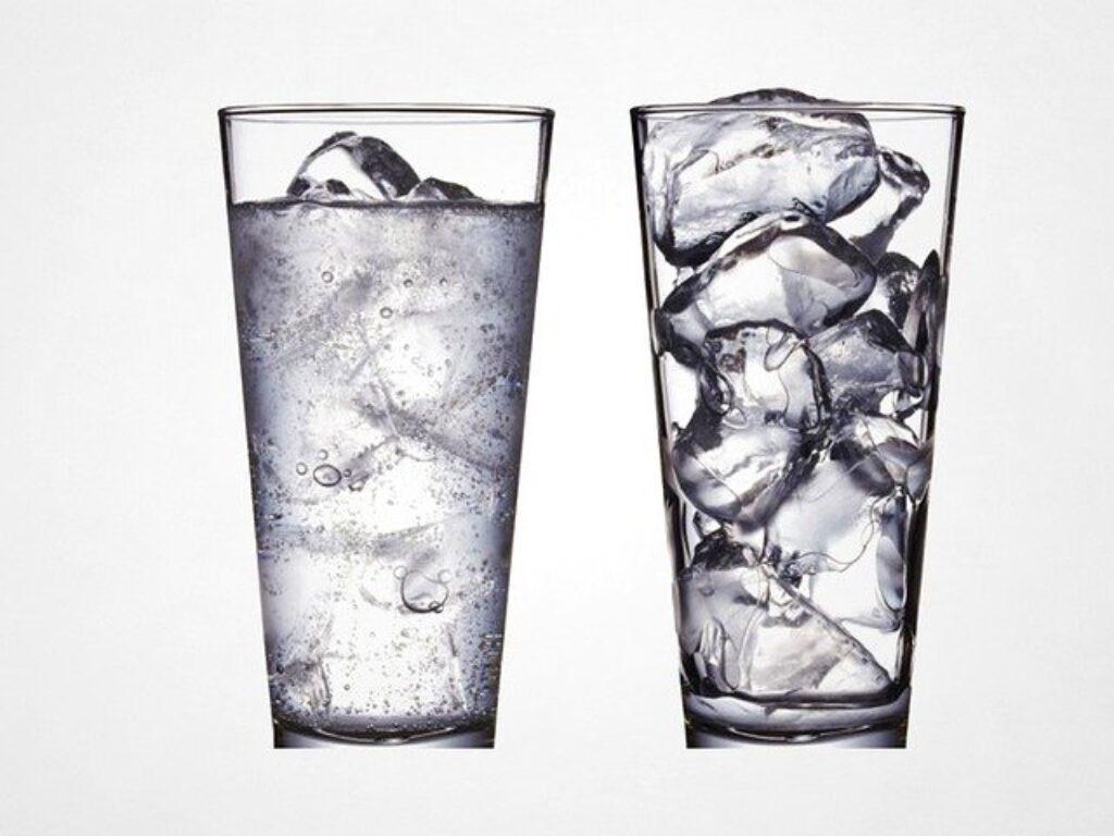 Ważne jest, aby pozostać nawodnionym podczas fali upałów. Woda pitna  jest sposobem na ochłodzenie organizmu podczas parowania potu na skórze.
