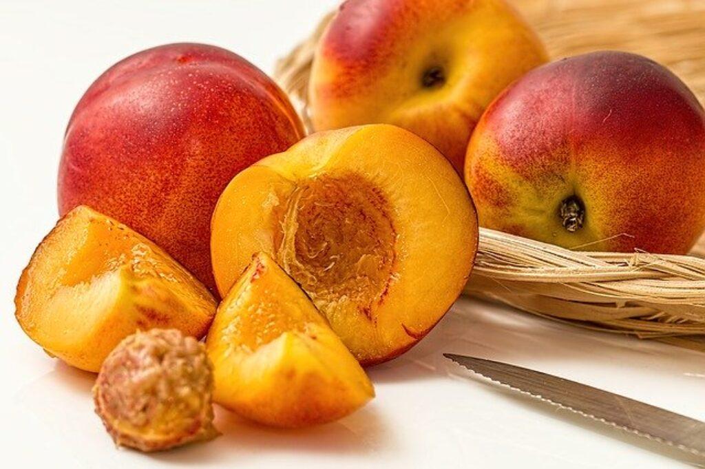 Jeśli czekasz na dojrzewanie brzoskwiń, nektaryn, śliwek i moreli, po prostu utrzymuj je w temperaturze pokojowej.