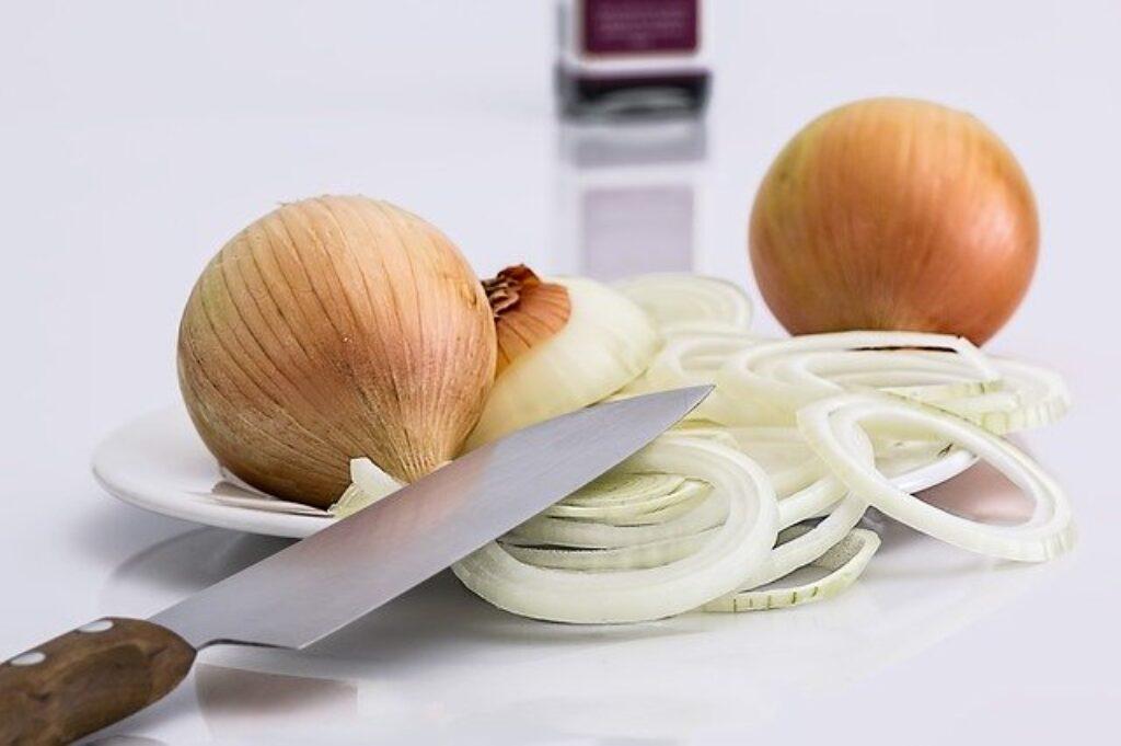 Lodówka nie pomaga zachować świeżości cebuli.