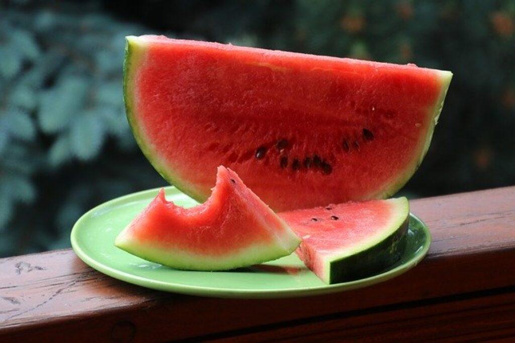 Najlepiej jeść dużo owoców i warzyw podczas fali upałów. Na przykład arbuz, sałata i ogórki - zawierają ponad 90% wody, co pomoże utrzymać nawodnienie.