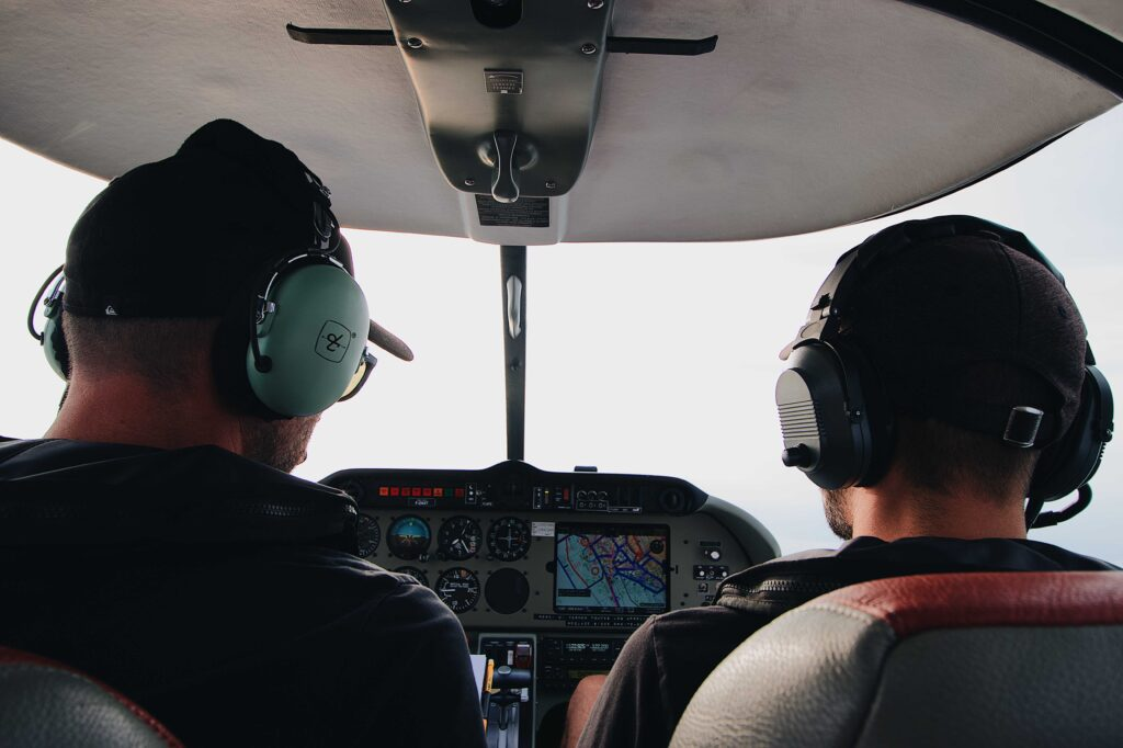 Dwóch mężczyzn w helikopterze