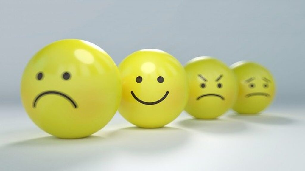 żółte minki pokazujące emocje