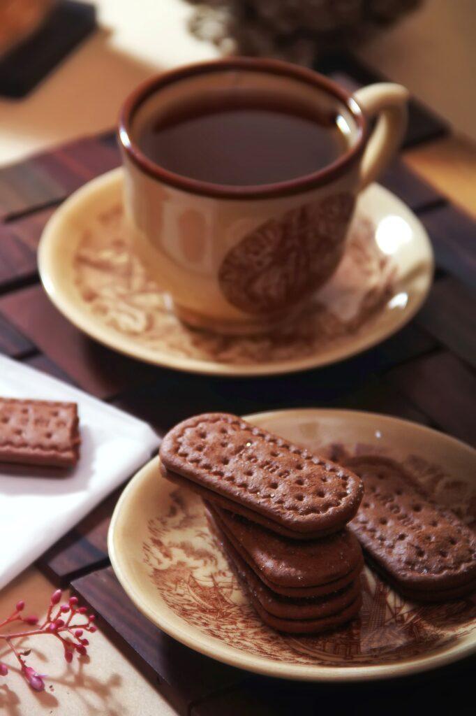 filizanka z herbatą i ciastka